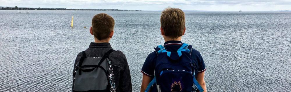 To drenge kigger ud over aarhusbugten