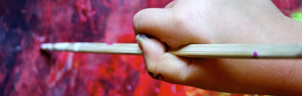 en barnehånd, der maler