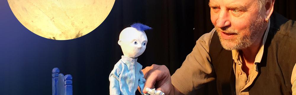Skuespiller og dukke i forestillingen Blåt Barn