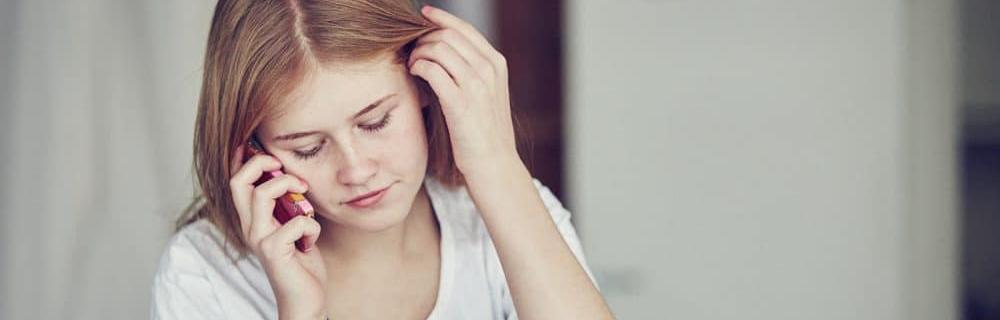 Pige der taler i telefon