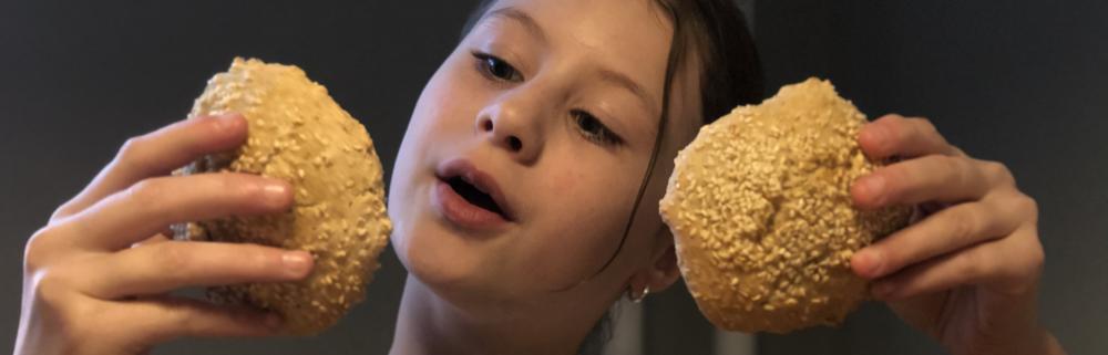 Pige med bagte boller