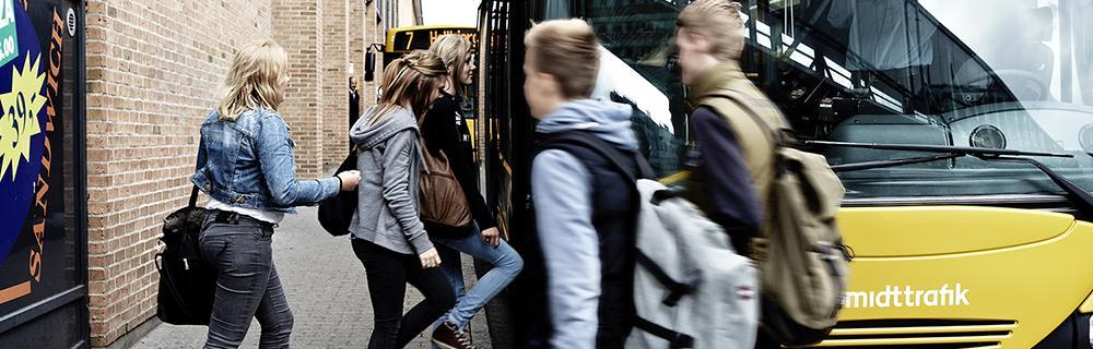 elever foran bus