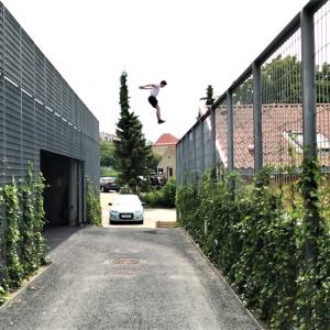 Mand hopper fra et hegn til et andet