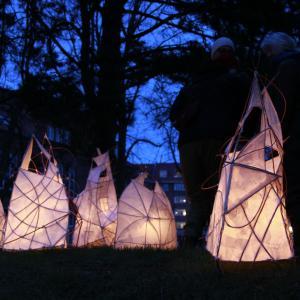 håndlavede lanterne med lys i mørket