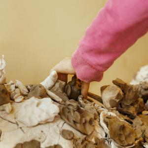 Børn arbejder med ler